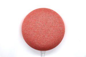 Voice-Search-Lautsprecher Google Home Mini vor weißem Hintergrund