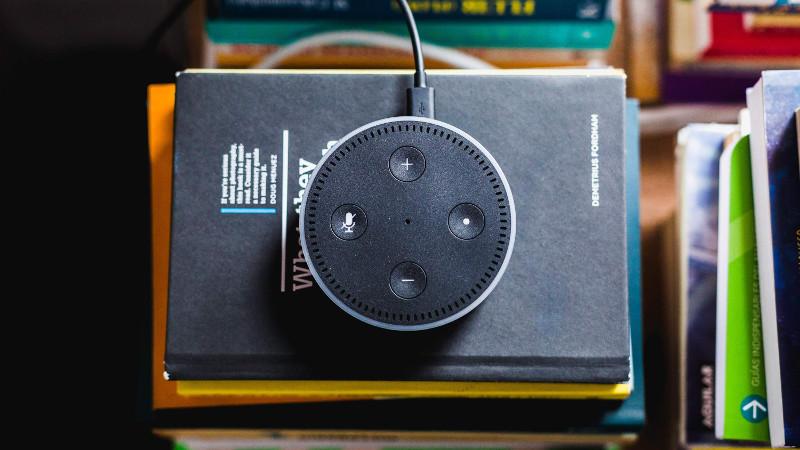 Amazon Echo Dot Gerät auf einem Stapel Bücher